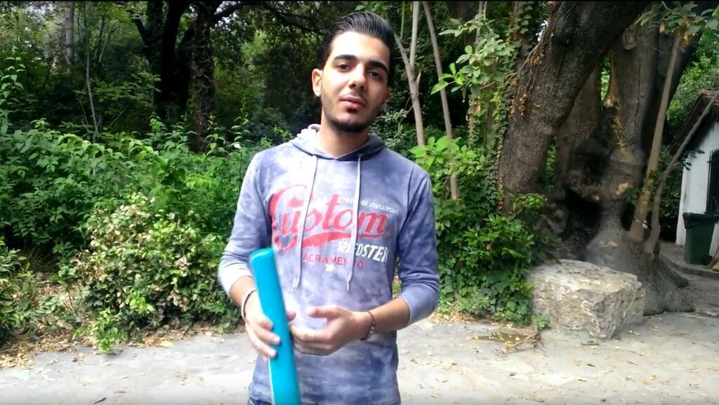 صورة ملتقطة من فيديو يشرح فيه محمد سعيد إجراءات اللجوء في اليونان