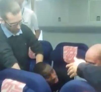 Capture d'écran de la vidéo montrant la tentative d'embraquement d'un clandestin, dans un avion pour Conakry. Vidéo publiée sur Facebook par Damba Ish Kerfalla.