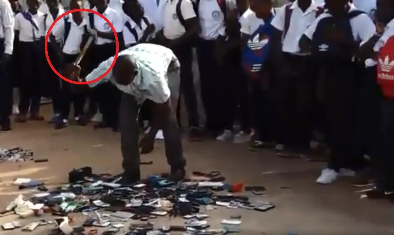 Dans un lycée de Port-Gentil, des téléphones appartenant à des élèves, anciens et actuels, ont été cassés pour montrer l'exemple.