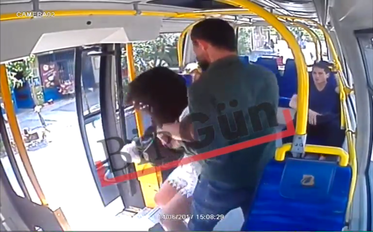 La jeune femme agressée le 14 juin 2017 dans un bus à Istanbul. Capture d'écran d'une vidéo de caméra de surveillance obtenue par le journal BirGün.
