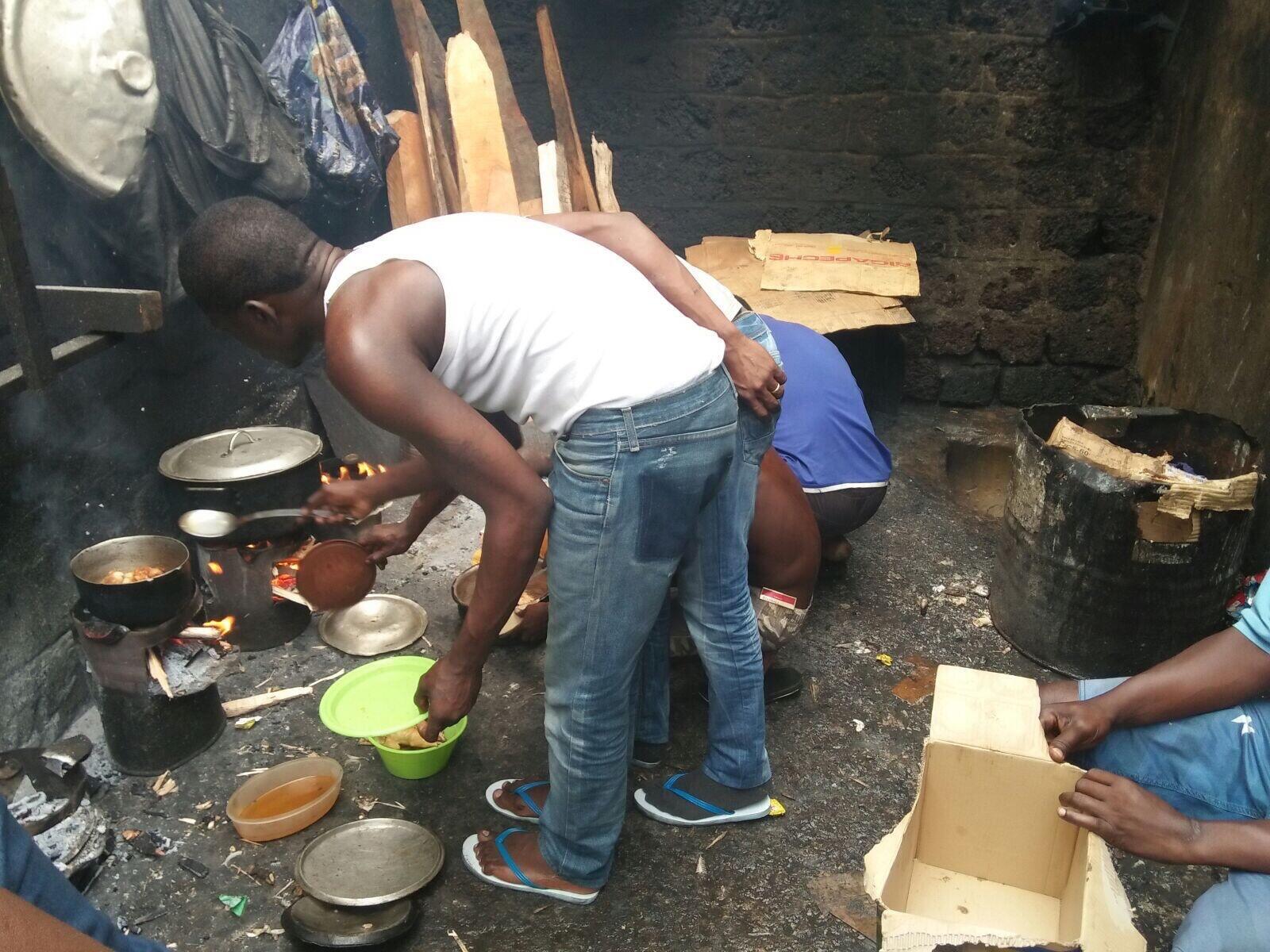 Des détenus font la cuisine dans la prison de Libreville au Gabon. Photo envoyée par notre Observateur.