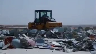 Extrait d'une des vidéos de propagande de l'EI. Un rouleau compresseur écrase un tas d'antennes parabolliques.