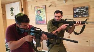 À droite : Yonatan Stern, le directeur et fondateur de Cherev Gidon, en train de s'entraîner aux côtés d'un autre utilisateur d'armes à feu.