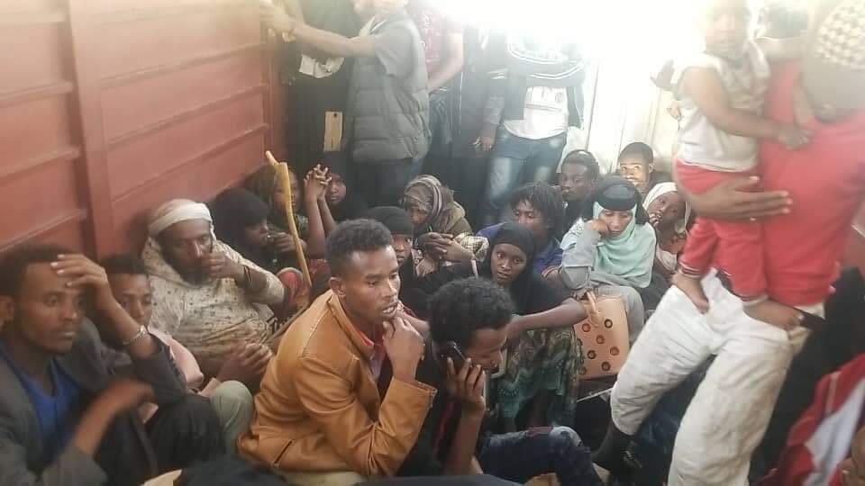 Des migrants oromos à l'intérieur d'un camion qui les transporte vers le sud du pays.