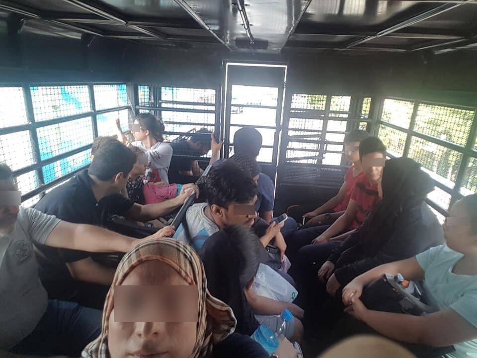 هذه صورة مهاجرين فلسطينيين مكدسين في شاحنة الشرطة التايلاندية وقد تداولتها عدة منظمات غير حكومية فلسطينية عبر فيس بوك في الأسابيع الأخيرة.