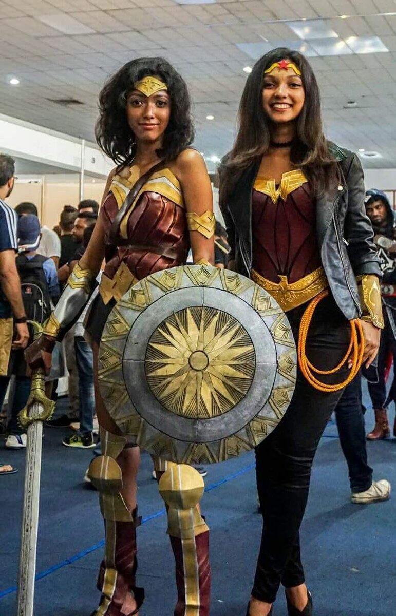 Les deux jeunes femmes au Comic Con de Colombo. Photo publiée sur Twitter.