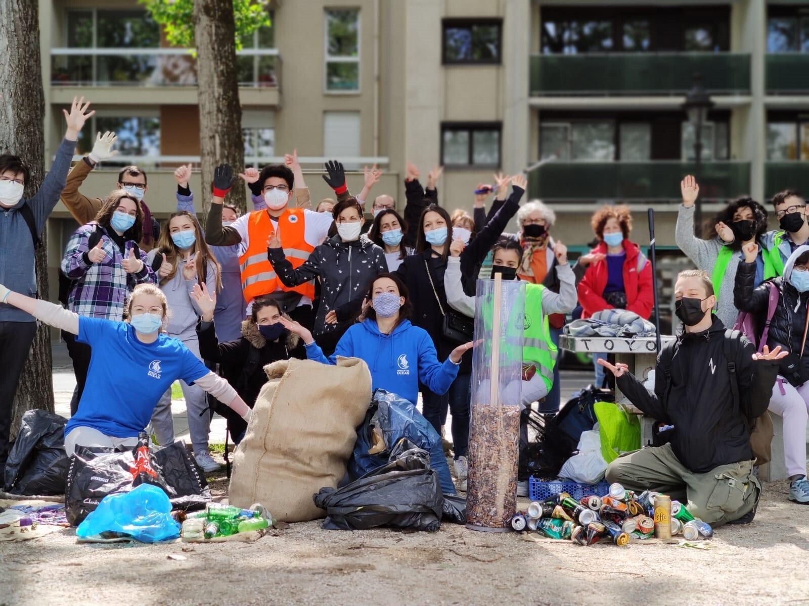 Après avoir collecté des déchets pendant deux heures, les volontaires ont fait une photo de groupe.