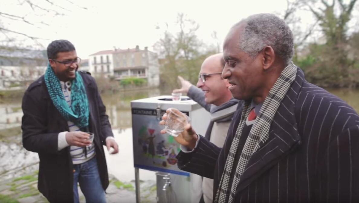 La machine qui ressemble à un cube a été développée en France, et testée sur 3 continents. Elle peut transformer de l'eau impropre à la consommation en eau potable.