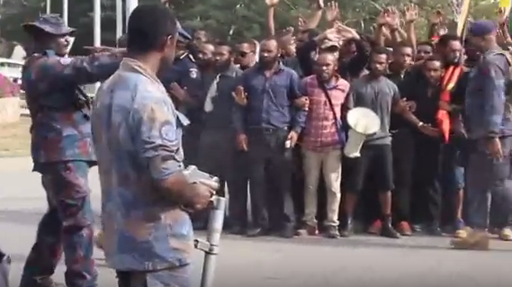 Manifestation étudiante à Port Moresby le 8 juin, au cours de laquelle la police, armée, a tiré sur les manifestants.