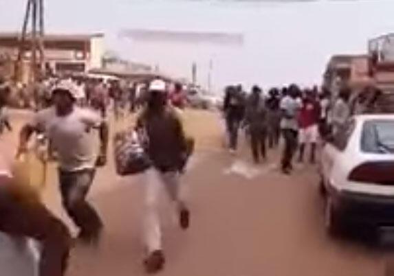 Des marchands et passants tentent de s'enfuir du marché Mokolo où une attaque à main armée a eu lieu jeudi 7 janvier. Capture écran vidéo Abel Francis Ekwalla Mboussa.