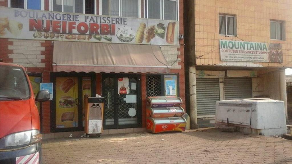 Des magasins fermés dans la ville de Buéa.