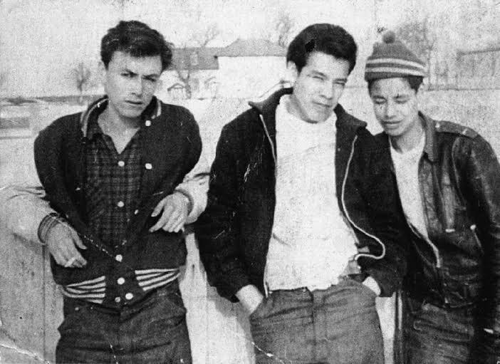Théodore, adolescent. Il porte la veste aux manches blanches. Brandon, 1958.