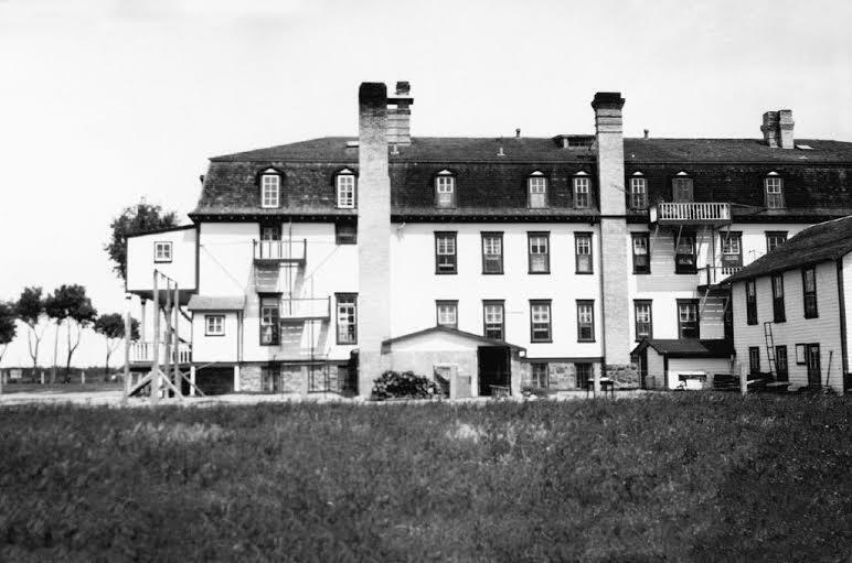 Pensionnat que Ted a fréquenté Les classes étaient au rez de chaussée et les chambres à l'étage. PHOTO J. WAKEALIN