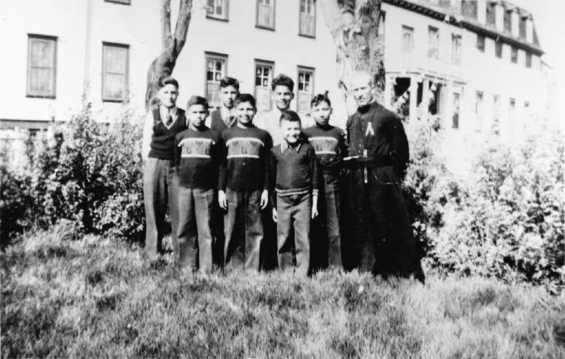 Théodore et ses camarades en 1959. Le principal de l'école pose à nos côtés sur la photo.