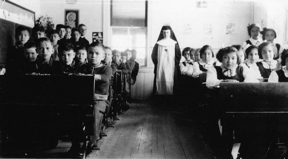 L'Observateur Théodore en classe en 1949. Il est au deuxieme rang. On peut voir pointer sa tête entre les deux garçons au premier rang. Photo Collectione personnelle Théodore Fontaine.