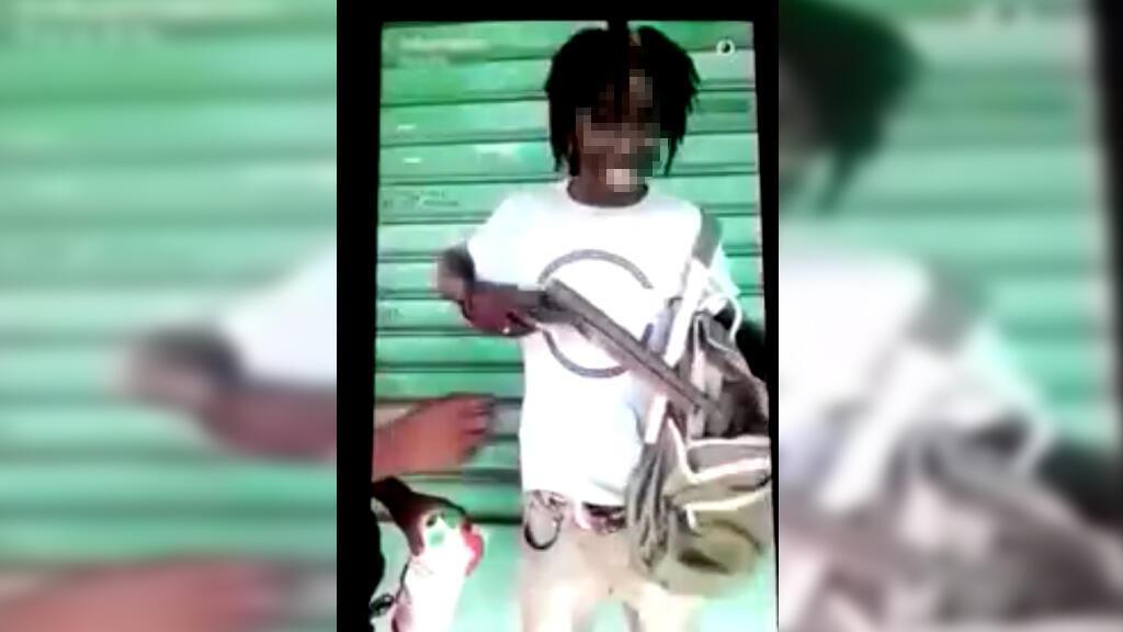 Un ancien élève d'un lycée de Cayenne s'est filmé sur Snapchat en exhibant un fusil à canon scié. Capture d'écran Vidéo WhatsApp Antilles flouté par France 24.