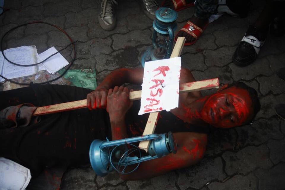Vendredi 23 juin, plusieurs artistes ont réalisé une performance artistique pour dénoncer les violences dans le Kasaï et à Béni. Photo : Lucha Rd Congo.