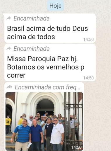 """Sur WhatsApp, des pro-Bolsonaro ont fièrement posé devant l'Eglise Nossa Senhora da Paz à Fortaleza. Sur un message, on peut lire """"Nous avons mis les rouges dehors"""" en référence aux """"prêtres communistes"""" selon eux."""
