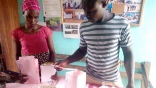 Des sacs en papier recyclé fabriqués par l'ONG Jevev au Bénin.