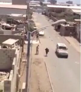 Capture d'écran d'un vidéo YouTube montrant des comités populaires à Aden en train de tirer sur un véhcule de rebelles houthis.