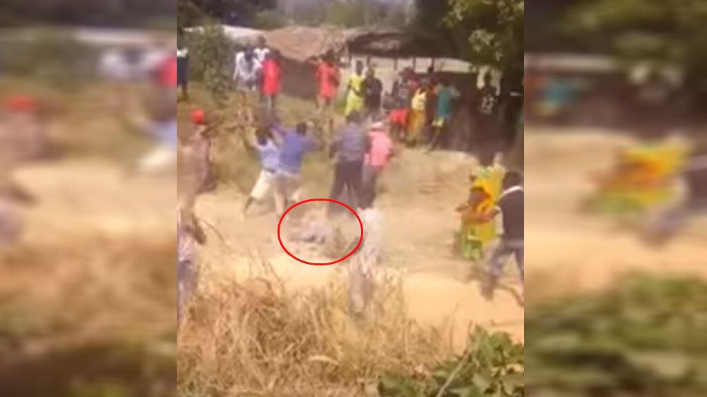Capture d'écran d'une vidéo diffusée sur les réseaux sociaux, tournée le 17 février à Bloléquin, dans l'ouest de la Côte d'Ivoire, dans laquelle on voit un gendarme se faire lyncher par des habitants.