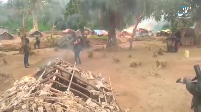 Capture d'écran de la vidéo diffusée par l'agence de propagande de l'organisation Etat islamique, Amaq, le 28 décembre 2020, montrant des combattants  rebelles dans le village de Loselose, près de Béni.