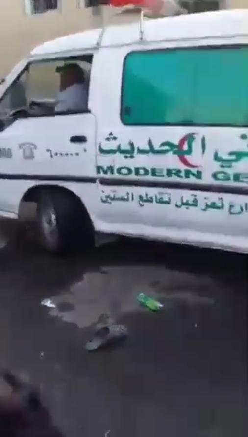 L'arrivée des secours devant le centre de détention de migrants incendié le 7 mars 2021 à Sanaa.