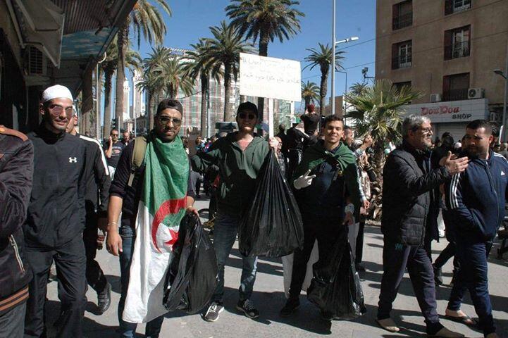 Notre Observateur et ses amis posent avec leurs sacs-poubelles, utilisés pour nettoyer les rues de Sidi Bel Abbès pendant la manifestation.