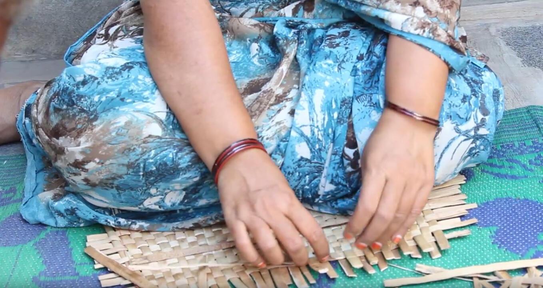 Une artisane tisse des tiges de jacinthes. Photo : Allika Weave