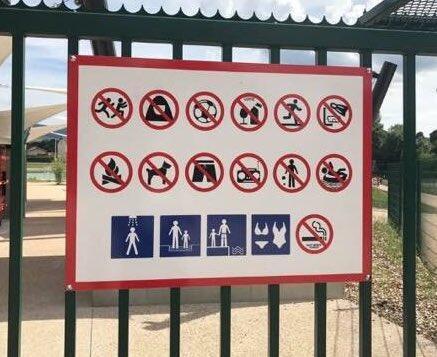 Le deuxième pictogramme sur ce panneau placé à l'entrée du site indique qu'il est interdit de porter un voile. Photo @widadk.