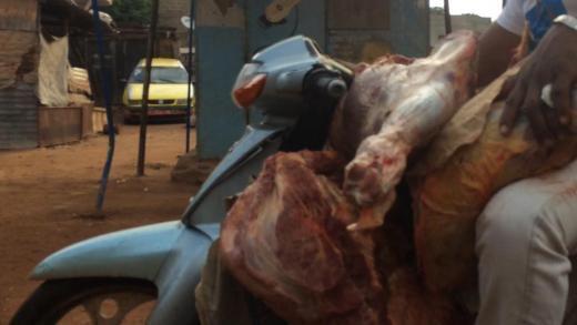De la viande transportée sur le guidon— d'un scooter. Photo de notre Observateur.—