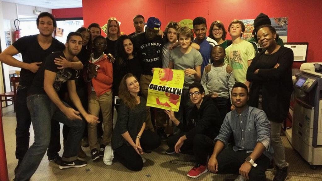 """Les élèves de """"one two three rap"""" rassemblés autour des rappeurs du film Brooklyn, tourné en Seine Saint Denis."""