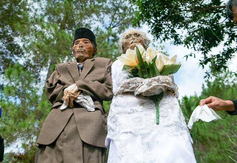 Cet homme est mort en 1993 et sa femme en 2010. Ils ont été déterrés au mois d'août, dans le cadre des festivités du Ma'nene, à To'ampalla (Sulawesi du Sud). Crédit photo : Muslianshah Bin Masrie.