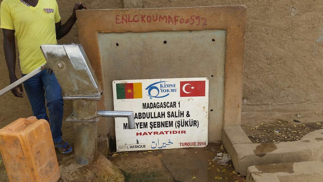 """Photo d'un puits à Kousséri prise par notre Observateur Adoum. """"Kimse Yok Mu"""" est une ONG turque, """"Madagascar 1"""" un quartier de la ville et """"Bati l'Afrique"""" une entreprise."""