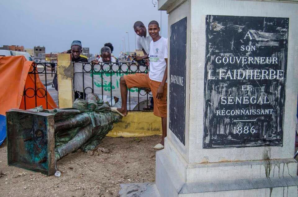 À Saint-Louis, la statue du colon français Louis Faidherbe est tombé après des intempéries, et des habitants en ont profité pour exprimer ce qu'ils pensaient du monument.