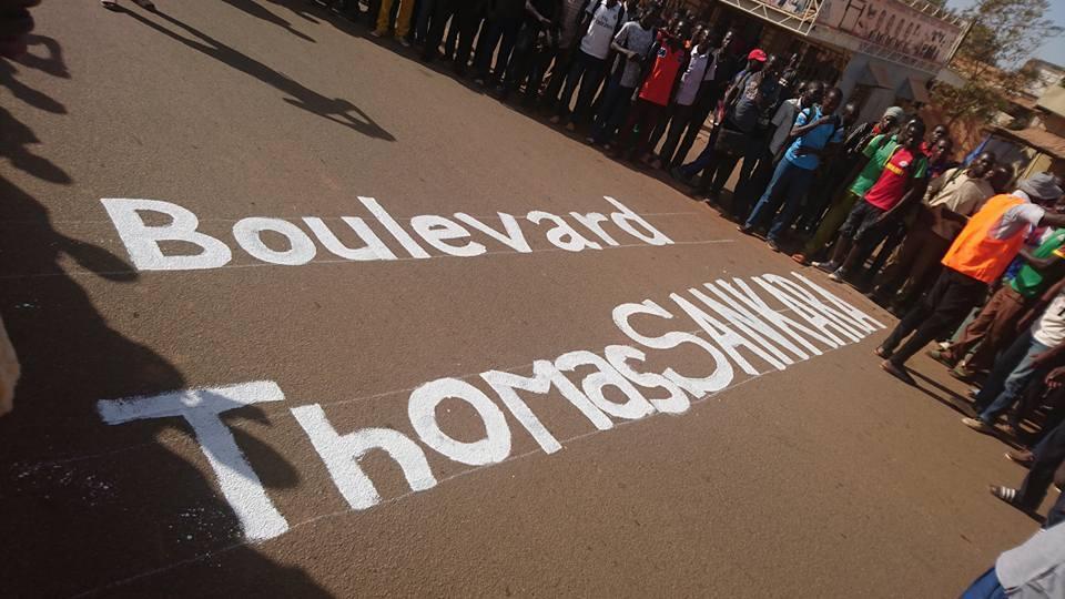 """Des étudiants ont écrit """"Boulevard Thomas Sankara"""" sur le boulevard Charles de Gaulle, à Ouagadougou, lundi 27 novembre. Photo diffusée sur Facebook."""