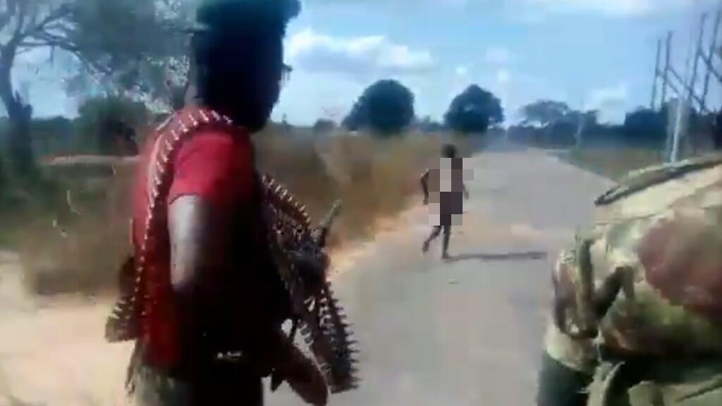 Capture d'écran de la vidéo, qui montre la victime courir avant d'être abattue par des hommes en uniforme.