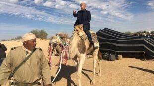 L'ambassadeur français en Tunisie, Olivier Poivre d'Arvor, sur un dromadaire de la brigade saharienne tunisienne.