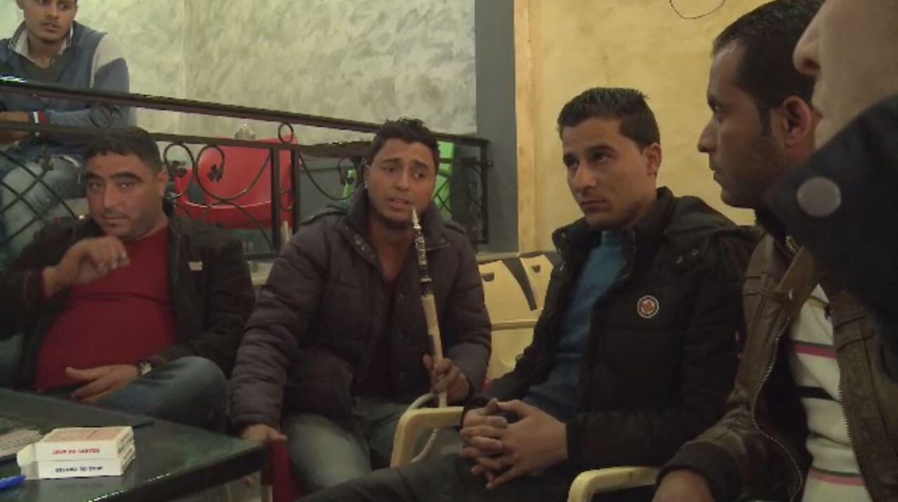 Dans un café de Bir Ali ben Khalifa, en Tunisie, des jeunes expliquent pourquoi la Tunisie a connu un nombre record de départs clandestins vers l'Europe en 2017.