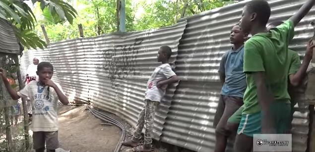 A Mayotte, de nombreux jeunes vivent dans des bidonvilles où les habitations de fortune sont fabriquées en tôle.