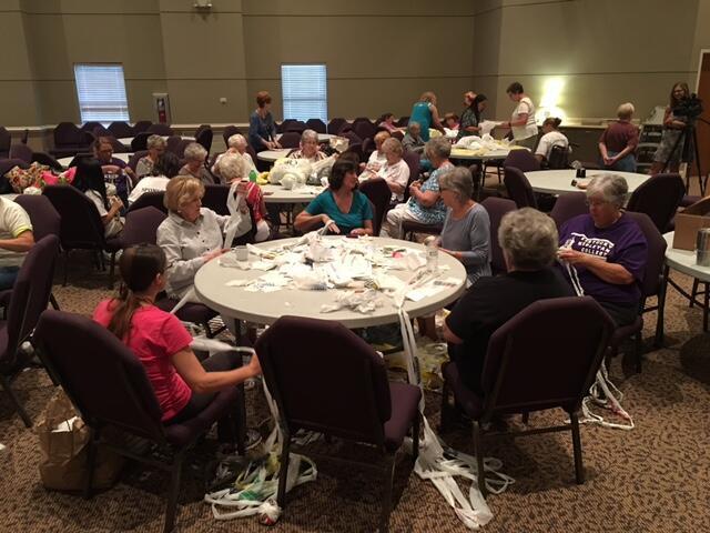 Ces retraitées se réunissent chaque jeudi dans une église évangélique d'Union City, dans l'État du Tennessee, pour fabriquer des matelas pour les sans-abris à partir de sacs plastiques. Photo : Second Baptist Church - Union City Official.