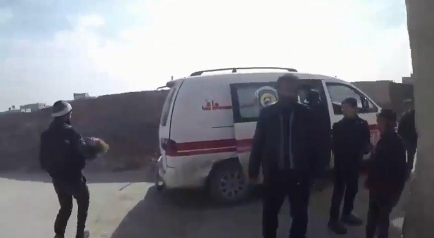 Capture d'écran d'un vidéo montrant un membre des Casques blancs évacuer une petite fille blessée dans un raid aérien vers un hôpital. Images tournées dans la ville de Douma, secteur de la Ghouta orientale.