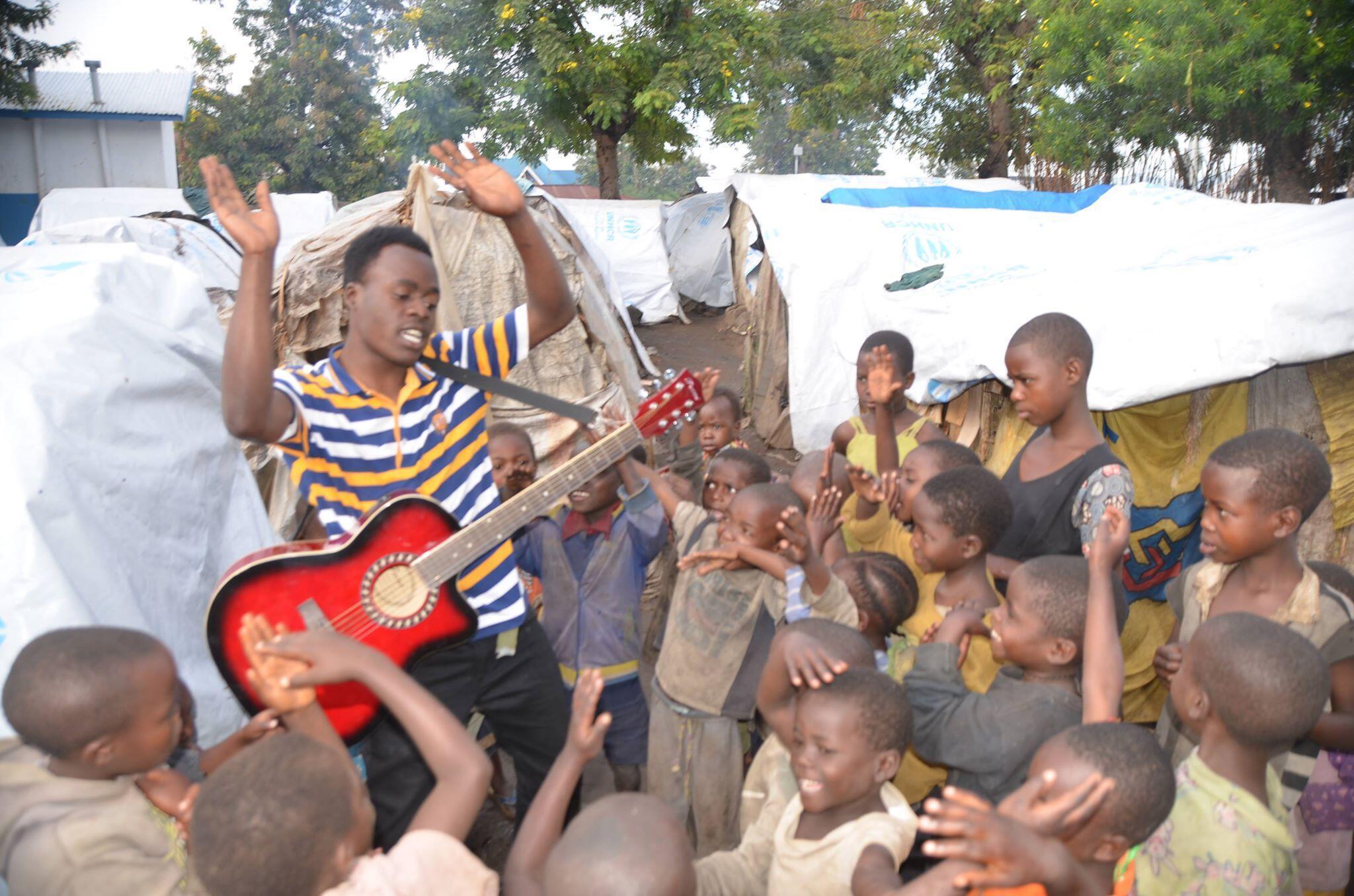 Une fois par semaine, Étienne Kasereka vient chanter avec les enfants du camp de déplacés de Kiwanja, dans le Nord-Kivu. Crédit photo : Joseph Tsongo.